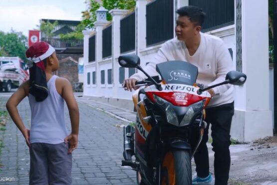 Pakai Motor Knalpot Brong, Denny Caknan Dicegat Bocah di Kota Solo