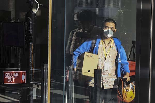 Seorang pegawai KPK Yudi Purnomo berjalan keluar sambil membawa peralatan pribadi dari meja kerjanya di Gedung Merah Putih KPK, Jakarta, Kamis (16/9/2021). KPK memberhentikan 57 pegawai yang tidak lulus Tes Wawasan Kebangsaan (TWK) saat alih status menjadi ASN per 30 September 2021. ANTARA FOTO/Fakhri Hermansyah/wsj.
