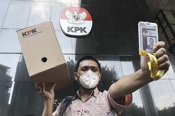 Seorang pegawai KPK Yudi Purnomo berjalan keluar sambil membawa peralatan pribadi dari meja kerjanya di Gedung Merah Putih KPK, Jakarta, Kamis (16/9/2021). (Antara/Fakhri Hermansyah)