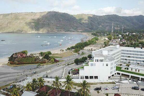 """Foto udara kompleks salah satu hotel di Kuta Beach Park the Mandalika, Praya, Lombok Tengah, NTB, Selasa (14\/9\/2021). Di kawasan lingkar sirkuit Mandalika terdapat sejumlah penginapan berbagai tipe mulai dari tipe penginapan yang murah berjenis homestay dengan tarif berkisar mulai Rp55 ribu hingga Rp700 ribuan per malam dan tipe penginapan yang premium seperti hotel-hotel berbintang dengan kisaran tarif lebih mahal mulai dari Rp800 ribuan hingga Rp3 jutaan per malamnya. ANTARA FOTO\/Ahmad Subaidi\/aww."""