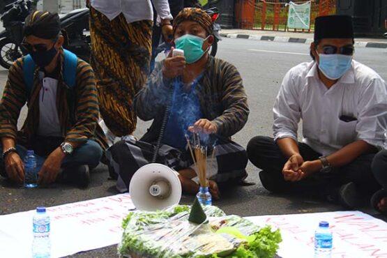 Unjuk Rasa Warga Memprotes Kegiatan Wali Kota Malang Terobos Kawasan Pantai saat PPKM