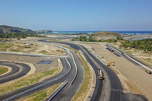 Foto udara tikungan ke-14 dan tikungan-15 lintasan Mandalika International Street Circuit dengan latar Pantai Lombok, di Kawasan Ekonomi Khusus (KEK) Mandalika, Pujut, Praya, Lombok Tengah, NTB. (Antara/Ahmad Subaidi)