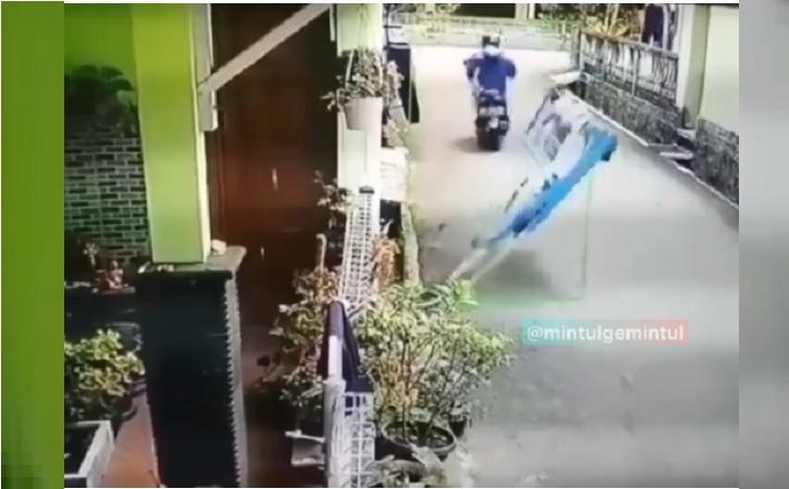 Video pemotor yang maling celana dalam. (Instagram/ @mintulgemintul)