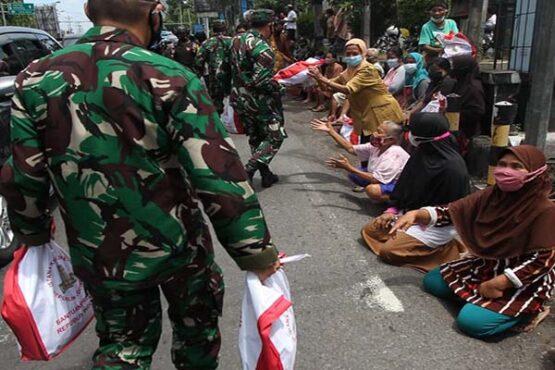 Warga dan Pedagang Mendapat Paket Sembako saat Menunggu Kedatangan Presiden di Solo