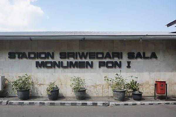 Bagian depan Stadion Sriwedari dengan tulisan penanda sebagai Monumen Pekan Olahraga Nasional (PON) I. (pariwisatasolo. surakarta.go.id)