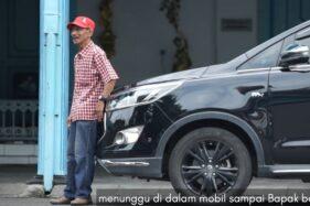 Kisah Mobil Presiden Jokowi Dorong Mobil Mogok di Wilayah Banjir