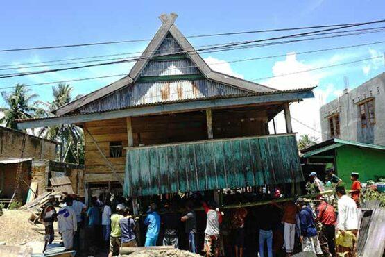 Keunikan Tradisi Memindahkan Rumah untuk Menjaga Kebersamaan Warga di Sulawesi Barat