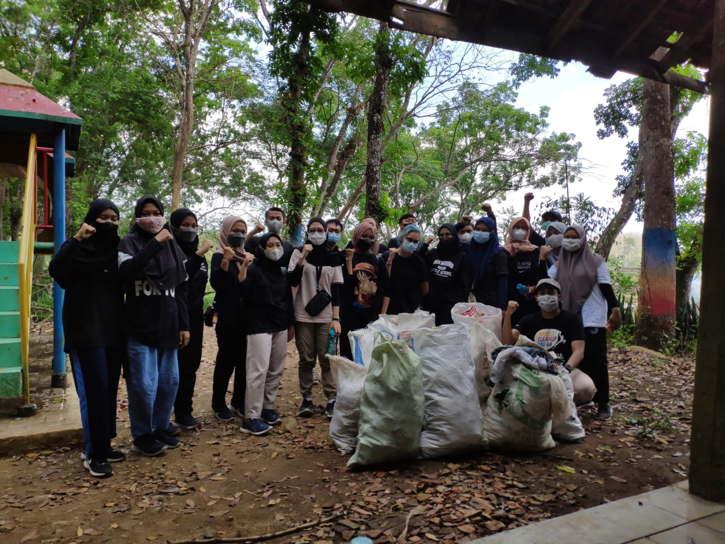 Para pemuda Madiun mengumpulkan sampah plastik di Wana Wisata Grape, Kabupaten Madiun, Sabtu (18/9/2021). (Istimewa)