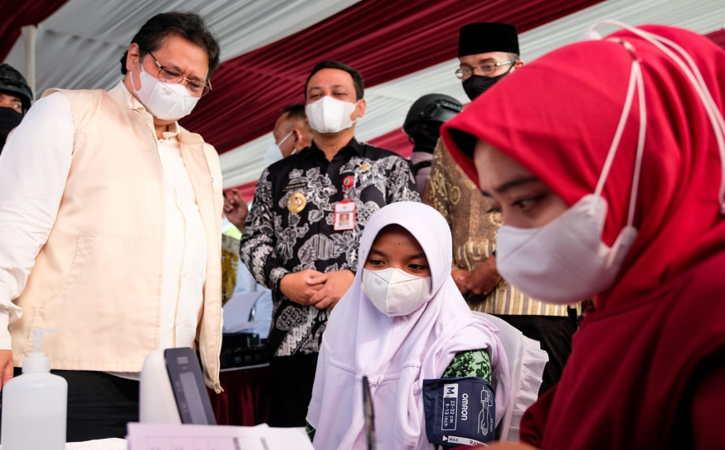 Menko Airlangga meninjau sentra vaksinasi untuk santri dan masyarakat umum di lingkungan Rumah Sakit Zaky Djunaid Pekalongan, Jawa Tengah, Kamis (16/9/2021). (Istimewa)