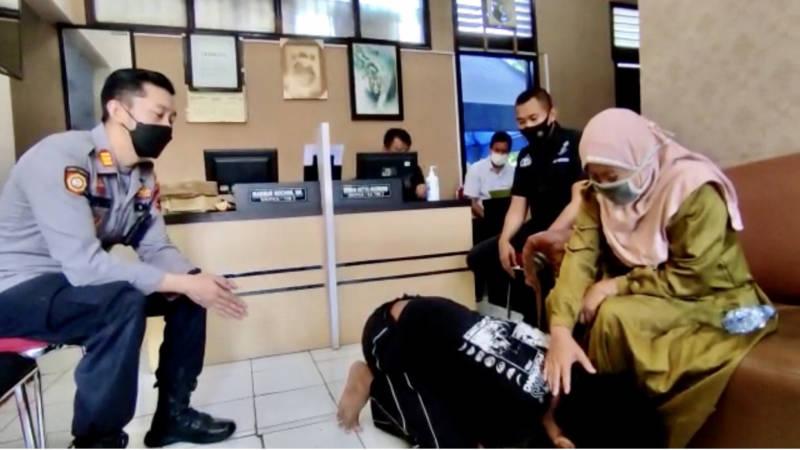 Kapolsek Pasar Kliwon, AKP Achmad Riedwan Prevoost (kiri), memediasi kasus anak aniaya ibunya di Mapolsek Pasar Kliwon, Senin (20/9/2021). (Istimewa)