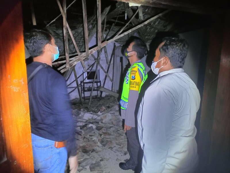 Polisi mendatangi lokasi rumah roboh di Desa Prajegan, Kecamatan Sukorejo, Ponorogo, Kamis (23/9/2021) malam. (Istimewa/Polres Ponorogo)
