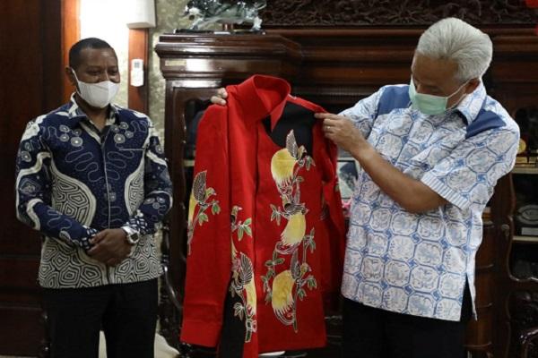 Dihadiahi Batik Cenderawasih, Ganjar Diundang ke Pembukaan PON Papua