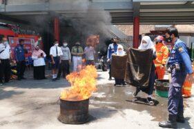 Dipandu dengan Bahasa Jawa, Murid & Guru di Sragen Praktik Padamkan Api