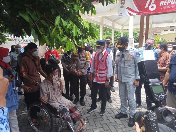Menteri Perhubungan Budi Karya Sumadi berbincang dengan warga saat meninjau lokasi vaksinasi Covid-19 di Kantor Kecamatan Ngemplak, Boyolali, Jumat (17/9/2021). (Solopos/Bayu Jatmiko Adi)