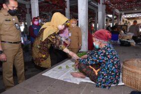 Sambil Nglarisi Bakul, Bupati Sukoharjo Sosialisasi Prokes