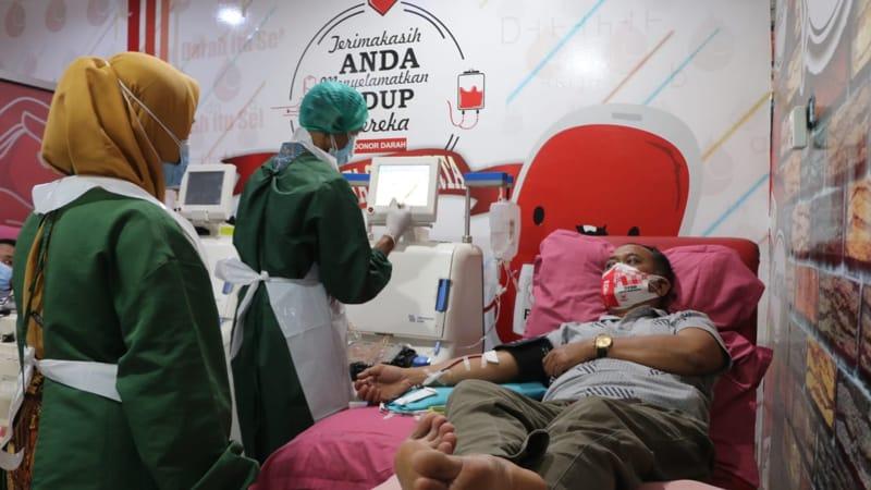 Petugas membantu pengambilan plasma dari penyintas Covid-19 di PMI Kota Solo, Kelurahan/Kecamatan Jebres, Solo. Foto diambil baru-baru ini. (Istimewa/Humas PMI Solo)