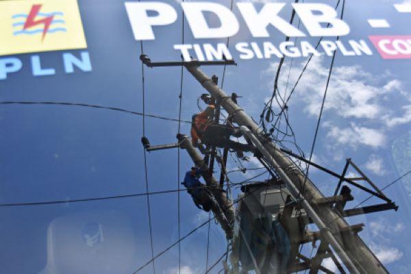 Refleksi petugas PLN memperbaiki jaringan listrik di Desa Perampuan, Kecamatan Labuapi, Kabupaten Lombok Barat, Provinsi NTB, Jumat (27/8/2021). (Antara/Ahmad Subaidi)
