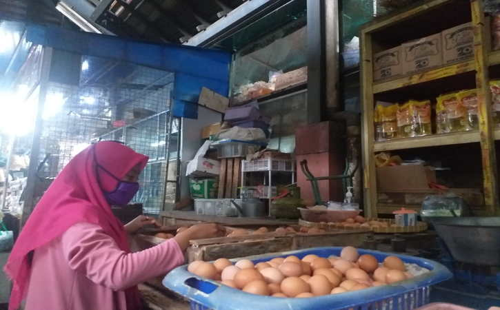 Pembeli saat memilih telur ayam ras di Pasar Gede Solo, Senin (27/9/2021). (Ika Yuniati/Solopos)