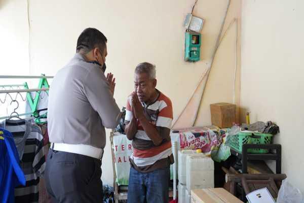 Agus Dartono (kanan), pensiunan polisi yang jadi manusia silver menerima kedatangan tamu dari Polda Jateng di rumahnya, kawasan Candisari, Semarang, Sabtu (25/9/2021). (Semarangpos.com-Bidhumas Polda Jateng)