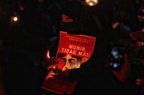 Kenang Aktivis HAM Munir, Puluhan Mahasiswa UNS Solo Nyalakan Lilin