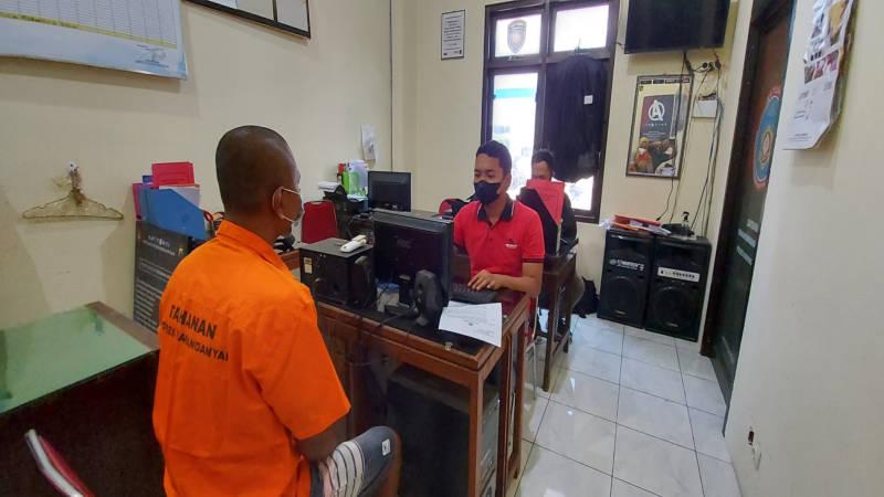 Anggota Satresnarkoba Polres Karanganyar memeriksa salah satu tersangka kasus narkoba, Anto, di kantor Satreskrim Polres Karanganyar pada Kamis (16/9/2021). (Solopos/Sri Sumi Handayani)