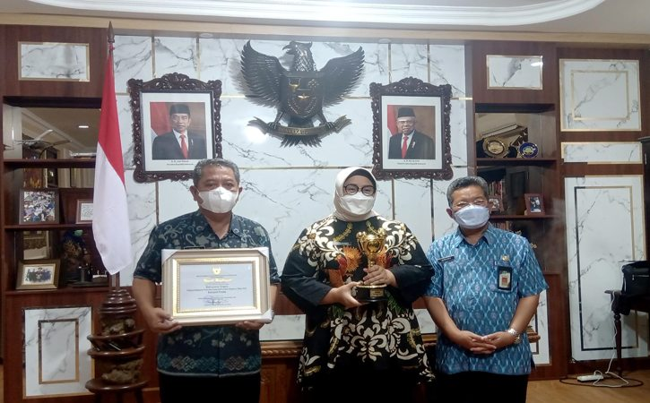 Bupati Sragen Kusdinar Untung Yuni Sukowati bersama Kepala Bappeda Litbang Zubaidi (kiri) dan Plt. Kepala DP2KBP3A Sragen Hargiyanto (kanan) berfoto dengan membawa penghargaan Parahita Ekapraya, Kamis (23/9/2021). (Istimewa/dok. DP2KBP3A Sragen)