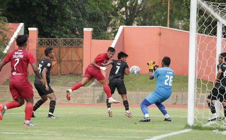 Striker Persis Solo, Ferdinand Sinaga (ketiga dari kiri) menyundul bola yang berbuah gol saat uji coba melawan Kalteng Putra di Stadion Mini Universitas Sebelas Maret (UNS) Solo, Sabtu (18/9/2021). (istimewa/Persis Solo)