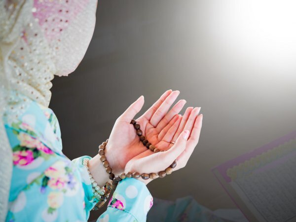 Berdoa memohon agar dagangan laris. (Ilustrasi/Istimewa)