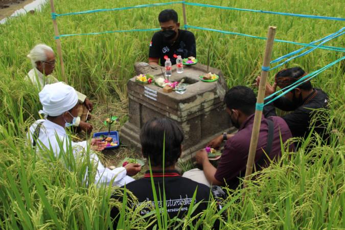 Umat Hindu menggelar sembahyang di yoni yang terdampak tol Solo-Jogja, Desa Keprabon, Kecamatan Polanharjo, Minggu (26/9/2021). (Solopos/Taufiq Sidik Prakoso)