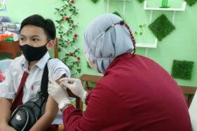 Meski Takut, Siswa SD di Madiun Rela Disuntik Vaksin Demi Belajar di Sekolah