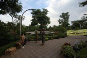 Ditutup, Warga Nekat Terobos Masuk Area Taman Jayawijaya Mojosongo Solo