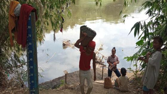 Derita Penambang Pasir Bengawan Solo Sragen: Sudah Mandi Berkali-Kali, Badan Tetap Bau