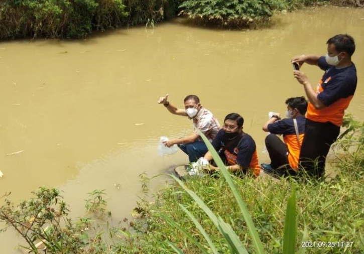 Badan Penanggulangan Bencana Daerah (BPBD) Karanganyar menebar benih di sejumlah sungai di Karanganyar Sabtu (25/9/2021). (Istimewa/BPBD Karanganyar)