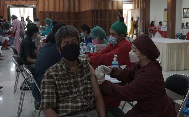 Universitas Kristen Satya Wacana (UKSW) Salatiga menggelar vaksinasi massal, di Balairung Universitas, Selasa (22/9/2021). (Istimewa)