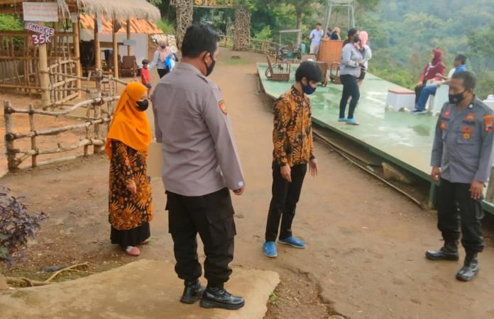 Anggota Polsek Karangpandan, Karanganyar, melaksanakan olah tempat kejadian perkara (TKP) di restoran tempat korban meninggal secara mendadak pada Minggu (26/9/2021). (Istimewa/Polres Karanganyar)
