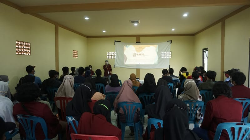 Suasana sosialisasi program pemberdayaan masyarakat di Desa Karang, Karangpandan, Karanganyar, beberapa waktu lalu, dalam rangka penyiapan desa tersebut sebagai desa wisata film. (Istimewa/Himafisi ISI Surakarta)