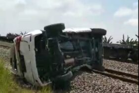 Duar! Mobil Tertabrak Kereta Barang di Grobogan, 3 Orang Tewas