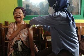 Berumur 102 Tahun, Lansia Tertua di Tegal Jalani Vaksin Dosis Kedua