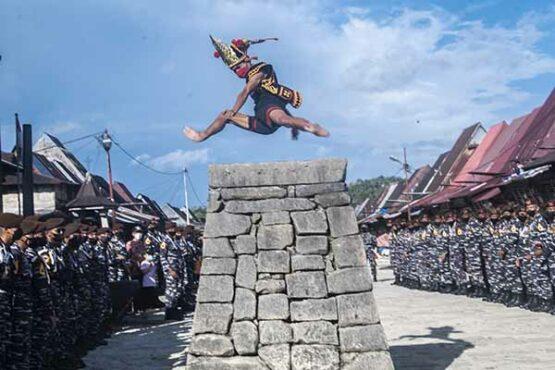 Melihat Atraksi Lompat Batu Suku Nias di Desa Wisata Bawomataluo Sumut