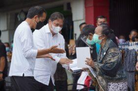 Presiden Jokowi dan Menko Airlangga Bagikan Bantuan PKL di Malioboro