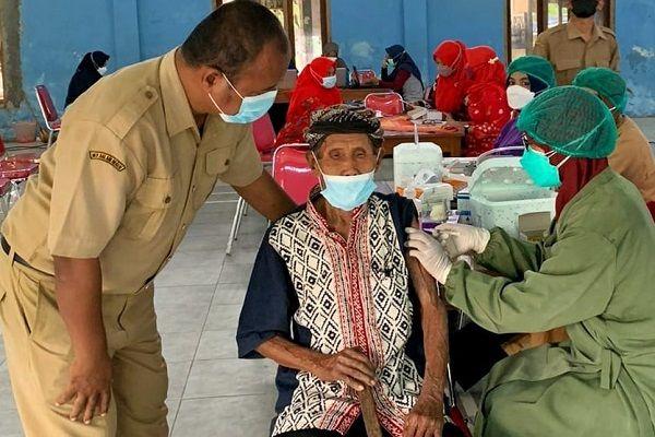 Mbah Lamidi, lansia Klaten yang mengikuti vaksinasi. (klatenkab.go.id)