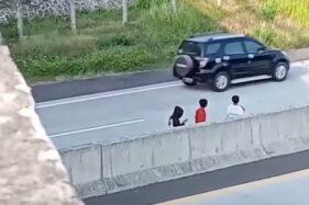 Viral 4 Bocah Nyelonong ke Tol Demi Konten Truk Oleng