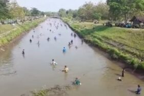 Tanpa Komando, Pasukan Pemburu Ikan Serbu Saluran Dam Colo