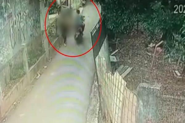 Foto potongan video CCTV yang memperlihatkan pelaku begal payudara saat beraksi di Cipayung, Jakarta Timur, 11 Oktober 2021  (Detik)