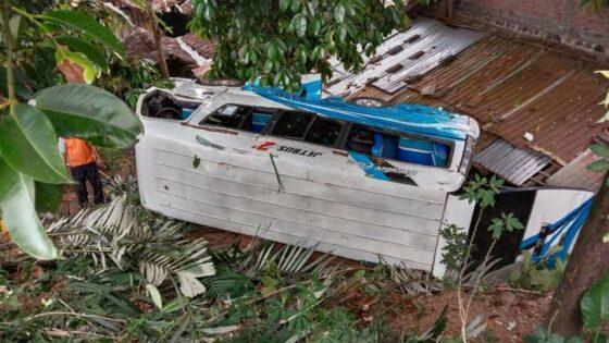 Minibus Angkut 8 Penumpang Asal Demak Ngglondor di Matesih
