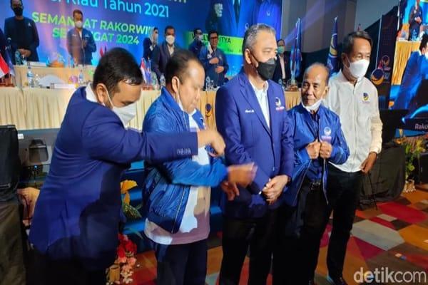 Mantan Gubernur Riau yang pernah dipidana karena kasus korupsi, Annas Maamun dan mantan Bupati Kepulauan Meranti Irwan Nasir bergabung ke kader Partai Nasdem, Rabu (13/10/2021)  malam.