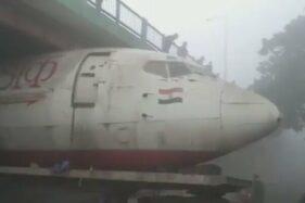Duh! Pesawat Air India Tersangkut di Bawah Jembatan Layang