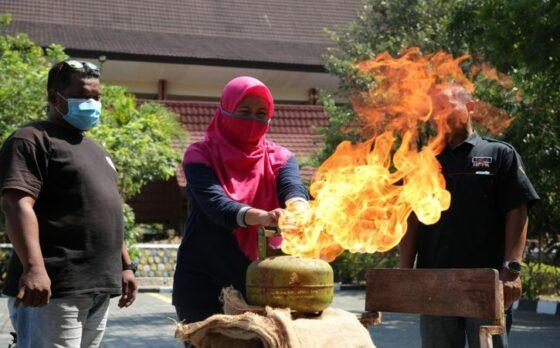 Tenaga Pendidik FIB UNS Solo Berlatih Penanggulangan Kebakaran